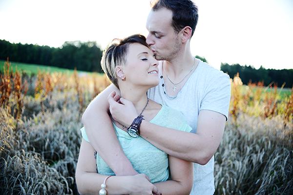Verliebtes Paar hält sich fest im Arm