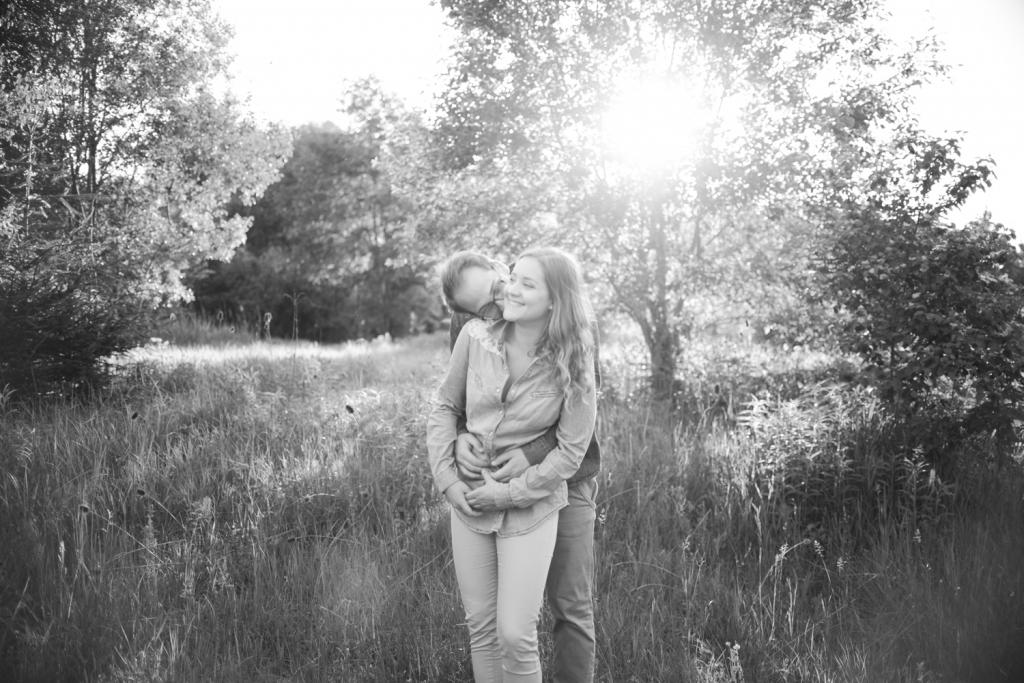 Verliebtes junges Paar schaut sich an pärchenshooting Coupleshoot couple