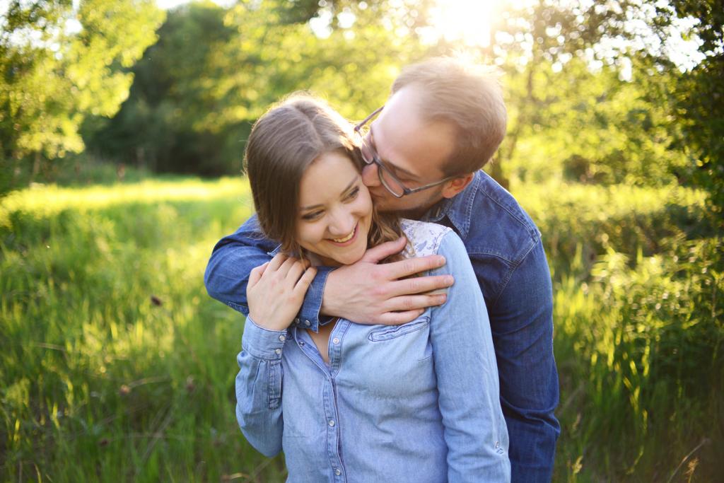 Verliebtes junges Paar lacht zusammen pärchenshooting Coupleshoot couple