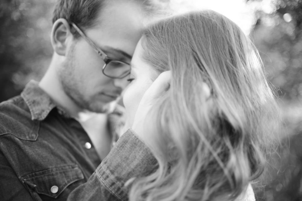 Verliebtes junges Paar schaut sich an